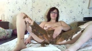 Solo webcam whore shits while laying on her belly then rubbing her clit xxx porn video